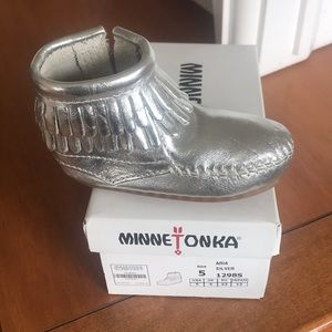 Minnetonka size 5 silver boots also have a size 6
